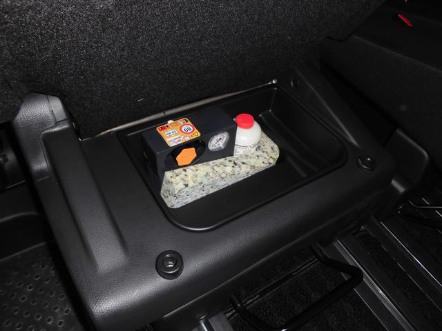 運転席後方のセカンドシートには、シートアンダーボックス装備、タイヤパンク応急修理キットが収納されてます