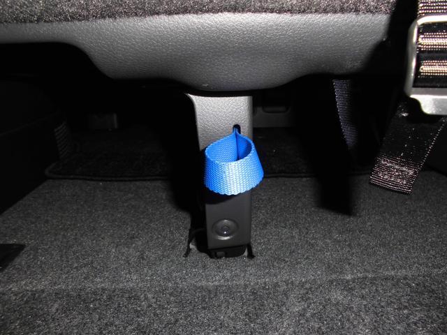 サードシートの収納は青い紐を引けば簡単に跳ね上げ