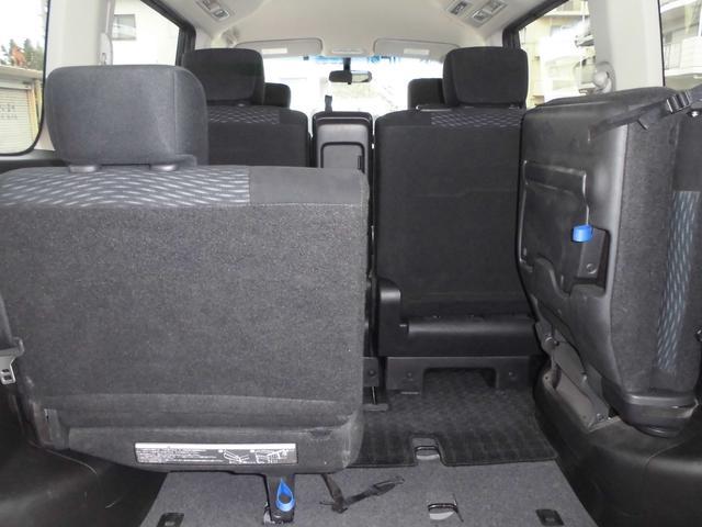 サードシートは片側づつの収納(跳ね上げ)が可能で荷物の収納スペースが拡大可能