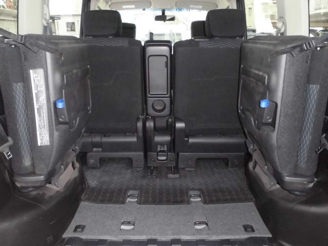 サードシートを両方跳ね上げると大容量の収納スペースに!