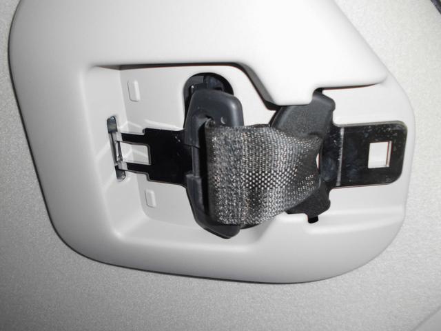 サードシート中央シートベルトは使用しない時は天井の収納スペースに収納可能