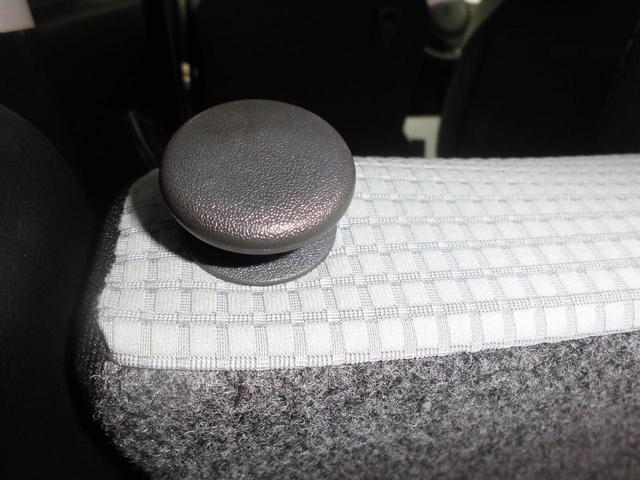 リヤシートは操作1つで前面に倒す事が可能(シートが一体可倒式なので左右同時に操作が必要です)