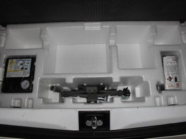 ラゲッジフロアの下にはタイヤがパンクした際に応急処置が出来る、タイヤパンク応急修理キット搭載(スペアタイヤは搭載されておりません)