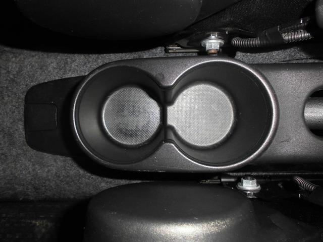 コンソールドリンクホルダー(リヤ)は丸目のデザイン