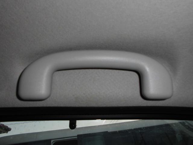 助手席とリヤシートには可動式アシストグリップが付いているので乗降がしやすい