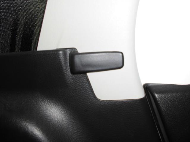 後部座席のシートベルトを使用しない場合はこちらにかけておけば邪魔にないません
