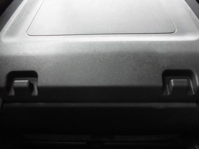 もちろん後部座席のドアノブも同じくホワイトカラーパネルでキュート