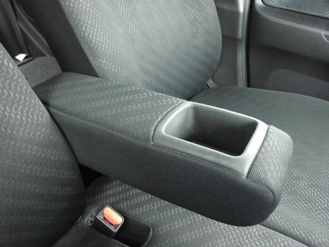 フロントシートにはアームレスト装備で運転の手助けに便利、また、ポケット機能の付いてます