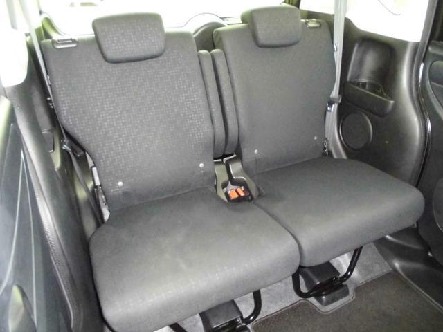 リヤシートは2段階リクライニング機能付きで個別に高さ調節が出来ます