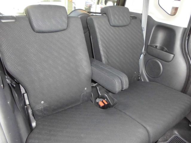 リヤシートは左右独立式リアセンターアームレスト装備でゆとりある居心地を高めます