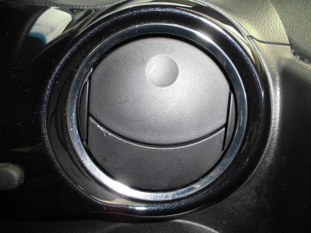 フロントサイドのエアコン吹き出し口は外観と違い丸みデザイン