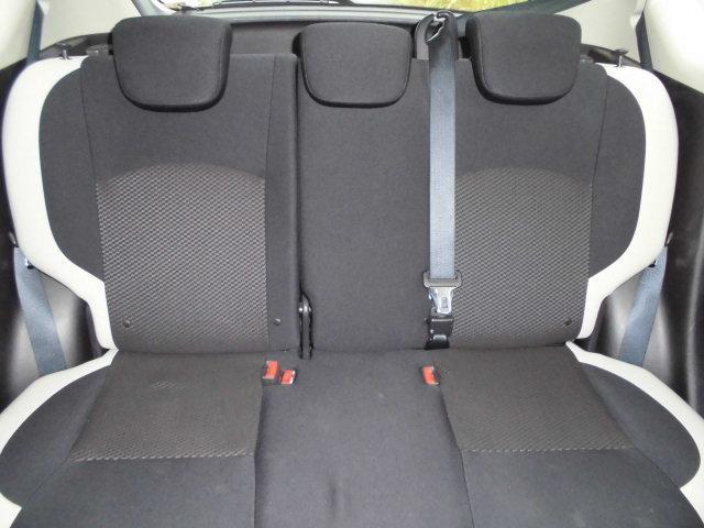 リヤシートはヘッドレストが3個装備