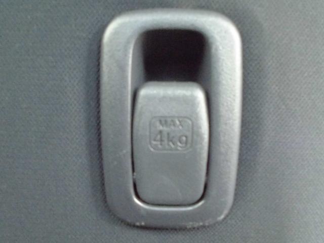 助手席シートバックにはショッピングフック(MAX4kg)が装備されているのでたくさん買い物しても簡単に掛けれるので便利