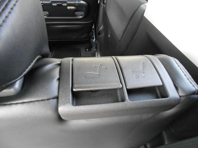 リヤシート操作レバー「リヤシート背もたれの肩部に操作レバーを設け、荷室側からのスライド操作を可能にしました」