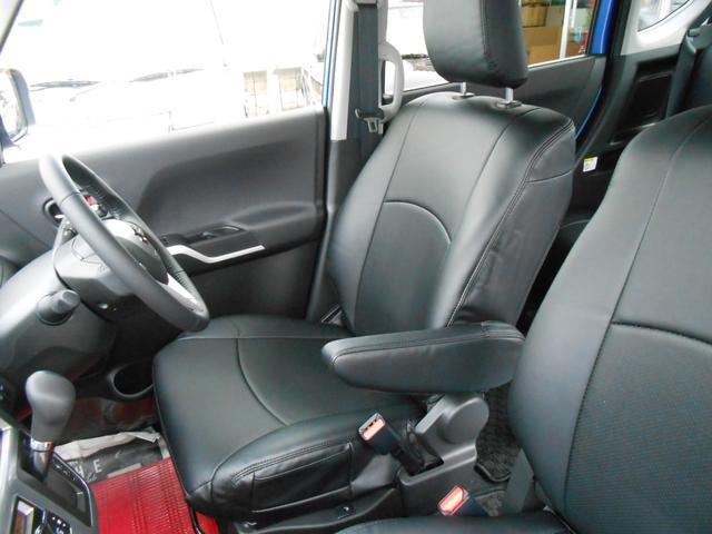 車内で前席と後席の間を移動できる「センターウォークスルー」&運転席アームレスト
