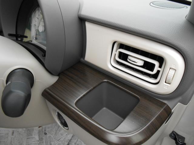 インパネドリンクホルダー(運転席)「500mlの紙パックに対応」