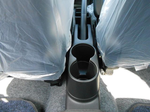センタードリンクホルダー「前席だけでなく後部座席の方のペットボトルもおさまります」