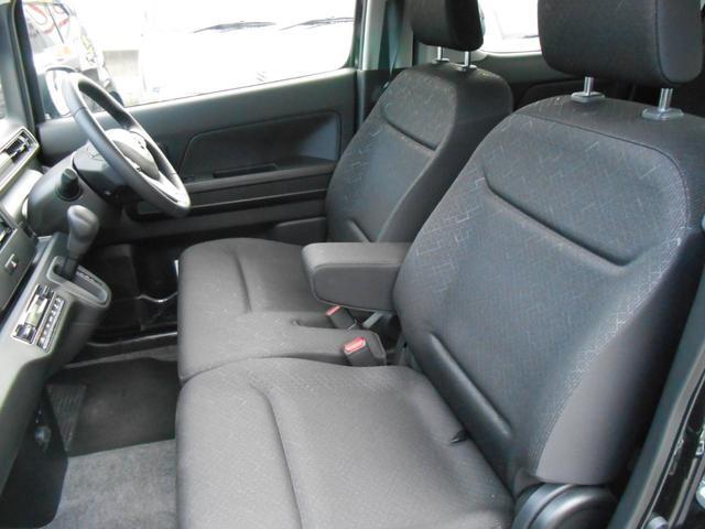 運転席アームレスト「長距離でも肘置きがあるので楽な姿勢で運転出来て疲れを軽減」