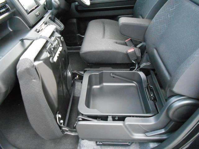 助手席シートアンダーボックス「車検証や保険書の保管に最適」
