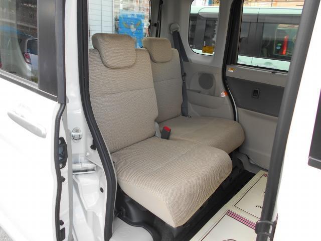 後部座席もそれぞれのシートを前後に移動することが出来るので、足元の広さを変えられます!!