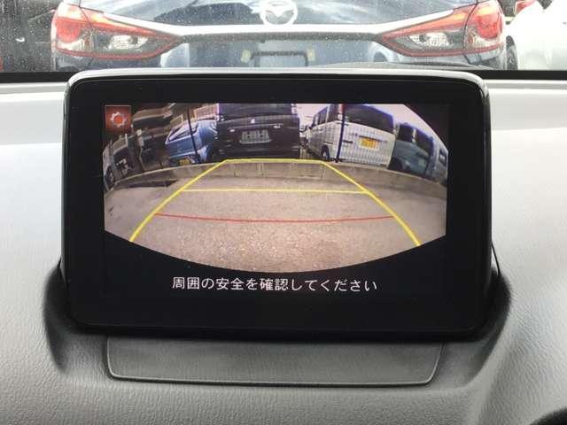 センターディスプレイにバックカメラの映像を映し出し、バックでの駐車をサポートします!