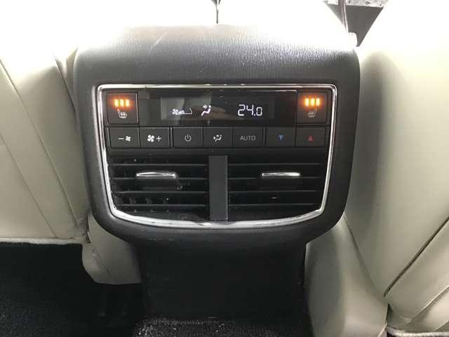 後席にもエアコンの吹き出し口が装備されております。