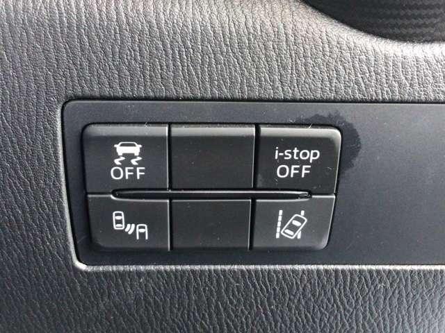 こちらのお車には先進安全装備が多数搭載されております。衝突を回避あるいは軽減するためのブレーキや、後方死角からの接近警報、車線逸脱を防止する警報装置など、詳しくはスタッフまでお尋ね下さい。