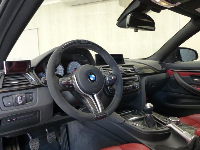 M4クーペ6MT赤革シートアクラポビッチマフラーKW車高調 3Dデザインカーボンリアウィング/シフトノブ・サイドブレーキカバー カーボンFリップスポイラー/Rデュフューザー Mパフォーマンスステアリング 衝突回避 LEDヘッドライト ヘッドアップディスプレイ(7枚目)