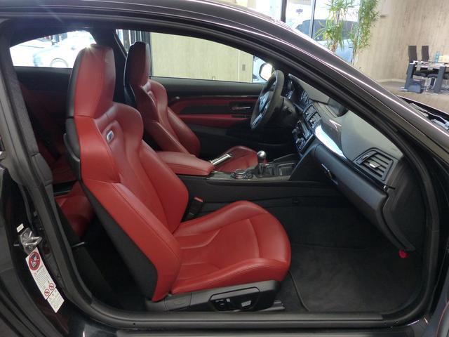 M4クーペ6MT赤革シートアクラポビッチマフラーKW車高調 3Dデザインカーボンリアウィング/シフトノブ・サイドブレーキカバー カーボンFリップスポイラー/Rデュフューザー Mパフォーマンスステアリング 衝突回避 LEDヘッドライト ヘッドアップディスプレイ(8枚目)