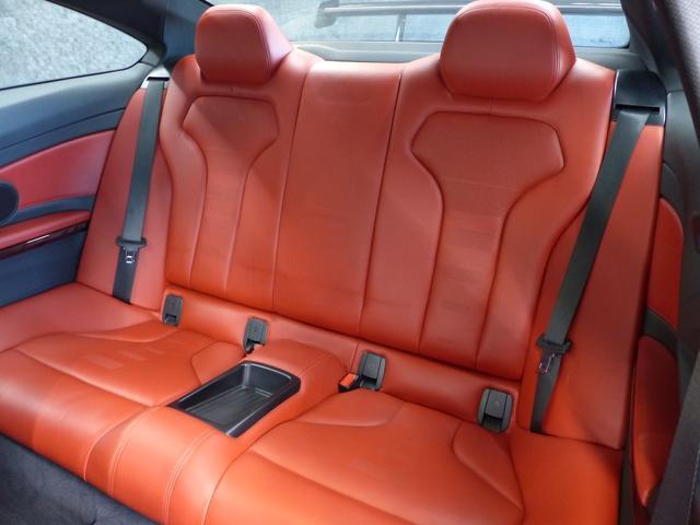 M4クーペ6MT赤革シートアクラポビッチマフラーKW車高調 3Dデザインカーボンリアウィング/シフトノブ・サイドブレーキカバー カーボンFリップスポイラー/Rデュフューザー Mパフォーマンスステアリング 衝突回避 LEDヘッドライト ヘッドアップディスプレイ(9枚目)