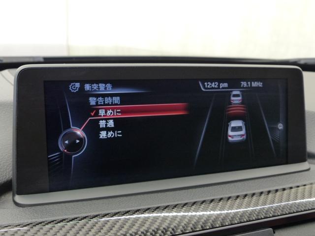 M4クーペ6MT赤革シートアクラポビッチマフラーKW車高調 3Dデザインカーボンリアウィング/シフトノブ・サイドブレーキカバー カーボンFリップスポイラー/Rデュフューザー Mパフォーマンスステアリング 衝突回避 LEDヘッドライト ヘッドアップディスプレイ(15枚目)