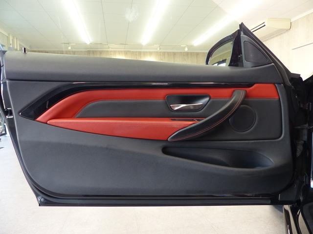 M4クーペ6MT赤革シートアクラポビッチマフラーKW車高調 3Dデザインカーボンリアウィング/シフトノブ・サイドブレーキカバー カーボンFリップスポイラー/Rデュフューザー Mパフォーマンスステアリング 衝突回避 LEDヘッドライト ヘッドアップディスプレイ(30枚目)