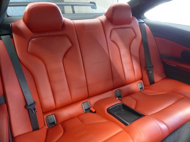 M4クーペ6MT赤革シートアクラポビッチマフラーKW車高調 3Dデザインカーボンリアウィング/シフトノブ・サイドブレーキカバー カーボンFリップスポイラー/Rデュフューザー Mパフォーマンスステアリング 衝突回避 LEDヘッドライト ヘッドアップディスプレイ(37枚目)