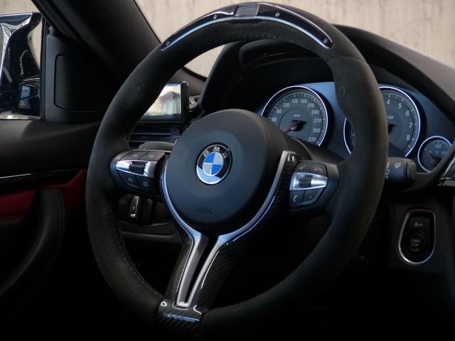 M4クーペ6MT赤革シートアクラポビッチマフラーKW車高調 3Dデザインカーボンリアウィング/シフトノブ・サイドブレーキカバー カーボンFリップスポイラー/Rデュフューザー Mパフォーマンスステアリング 衝突回避 LEDヘッドライト ヘッドアップディスプレイ(43枚目)
