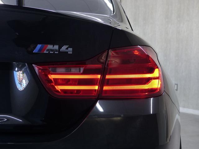 M4クーペ6MT赤革シートアクラポビッチマフラーKW車高調 3Dデザインカーボンリアウィング/シフトノブ・サイドブレーキカバー カーボンFリップスポイラー/Rデュフューザー Mパフォーマンスステアリング 衝突回避 LEDヘッドライト ヘッドアップディスプレイ(53枚目)