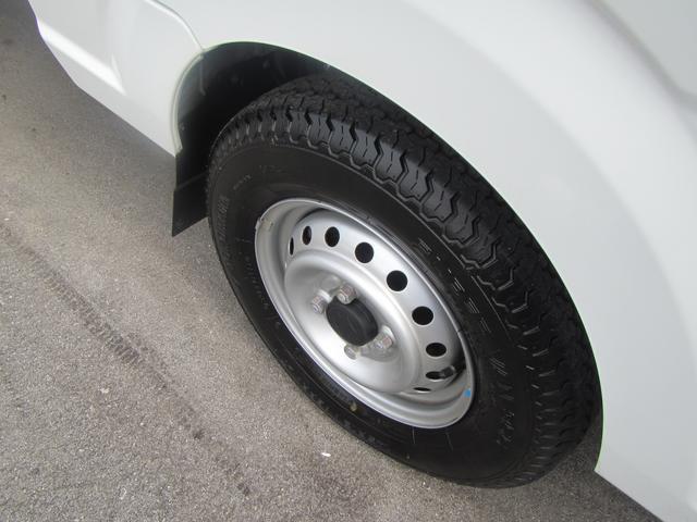 タイヤの画像です。溝などを確認してください。