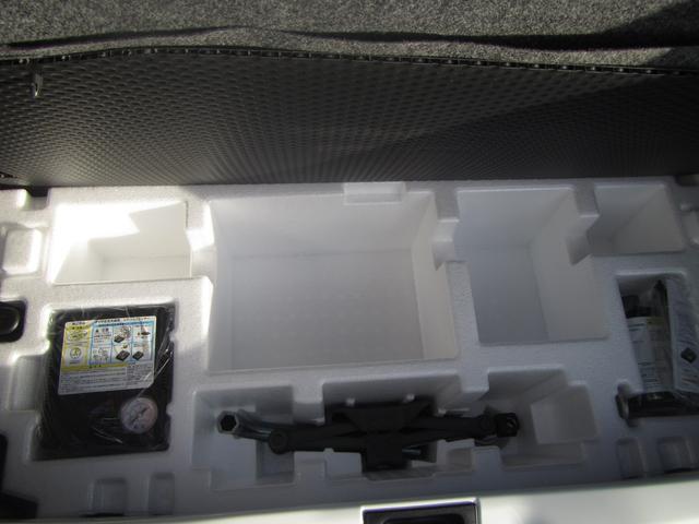 トランクルーム内の画像です。基本はパンク修理剤とジャッキの写真を掲載していますが、車両によっては違う写真もあります。