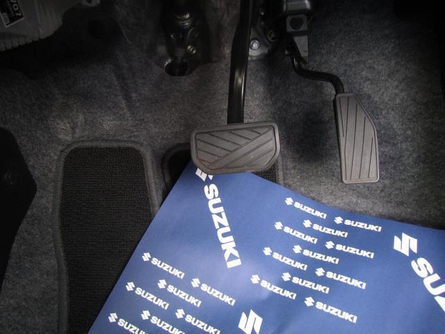 アクセル、ブレーキ等の写真です。車種によってはフットブレーキもありますが、ない場合はサイドブレーキ(手で引くタイプ)となります