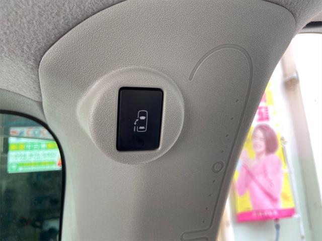 後部座席にも電動スライドドアの開閉ボタンがございます!
