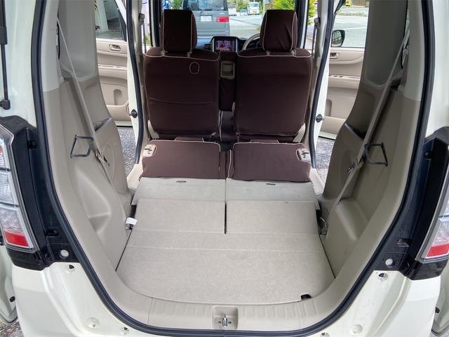 後部座席を倒すとフラットになります。大きな荷物も収納できます!