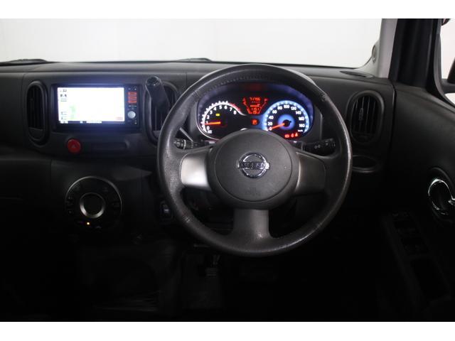 専用内装「インディゴブルー」と、本革巻3本スポークステアリング、メッキインナードアハンドル、インテリジェントキー、プッシュエンジンスターター、エンジンイモビライザー、外気温度表示を装備。