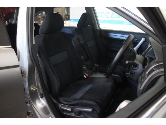 助手席側ドアミラー下部に、プリズムアンダーミラーを内蔵することで、従来フェンダーに装着していたサイドアンダーミラーをなくし、すっきりとした外観とした。