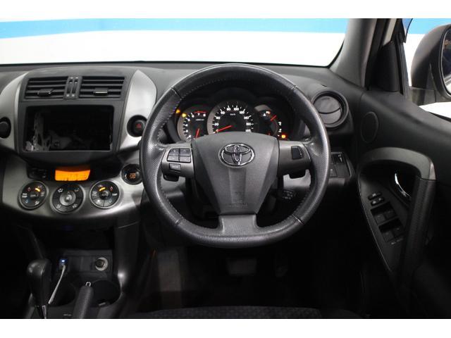 ステアリングのデザインを変更したほか、オルタネーターの制御などを見直したことにより、燃費を改善した2.4L車にパドルシフトを装備したほか、全車にステアリングオーディオスイッチを採用