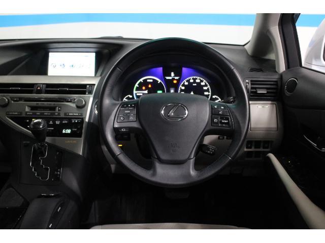 センターコンソールに手を置いたまま、指先の感触でナビ画面上のポインターを操作できる「リモートタッチ」、白色有機ELを採用した「マルチインフォメーションディスプレイ」などを採用。
