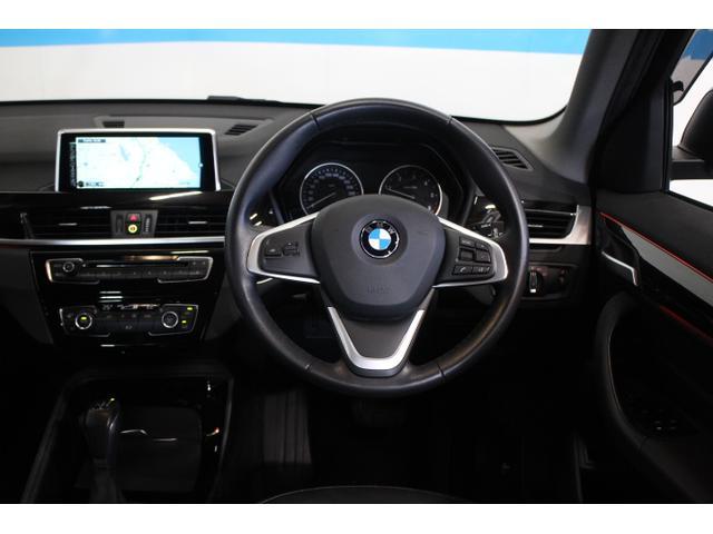 ドライバーオリエンテッドなコックピットデザインを採用、アクセントトリム付きのインテリアトリムパネルや、その下側からやさしく室内を照らすアンビエントライトが、ひとクラス上のラグジュアリーな雰囲気を演出。