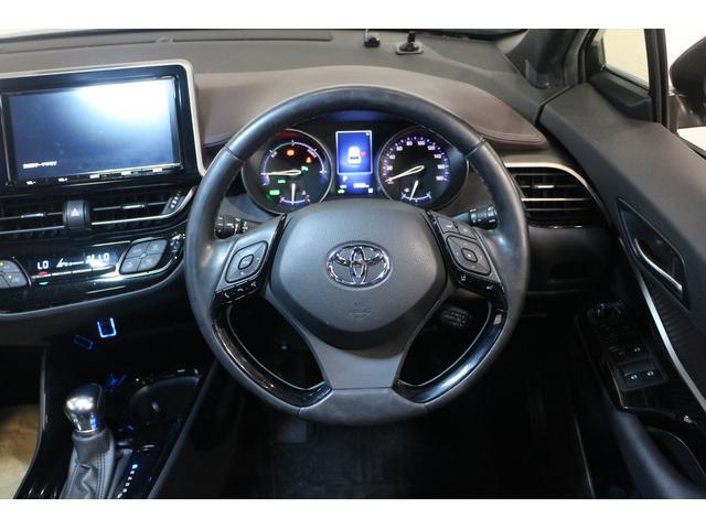 メーターを中心とした操作パネルをドライバーに向けて配置するなど、運転に集中できるドライバーズ空間を実現