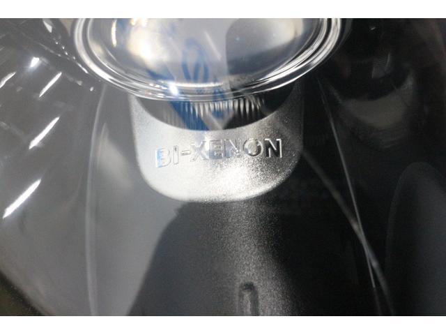 「ブラック・アイ」の由来ともなった、ブラック・リフレクターのバイキセノン・ヘッドライトを装備