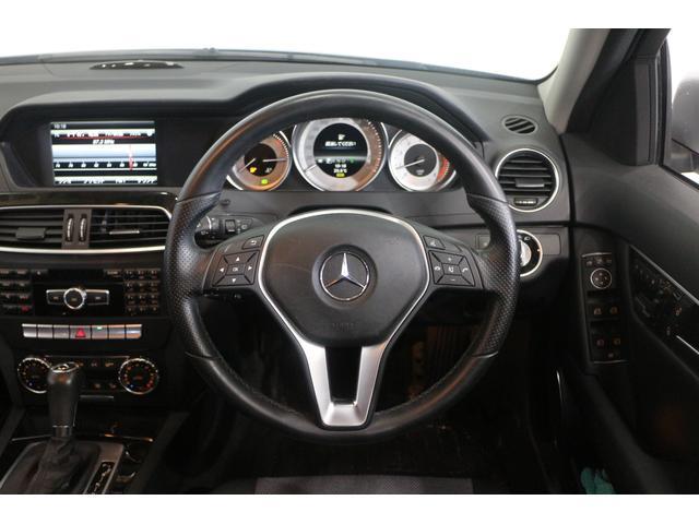 縦列駐車やバックでの駐車時の運転操作をサポートするパーキングアシストリアビューカメラに加え、エコドライブをアシストするVICS3メディアを装備