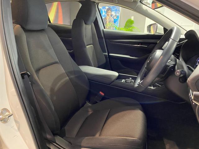 コックピットにある操作機器、情報などすべての要素をドライバー中心に左右対称に配置し、同時にそれらがドライバーに正対する造形とすることで、人とクルマの一体感を向上させた。