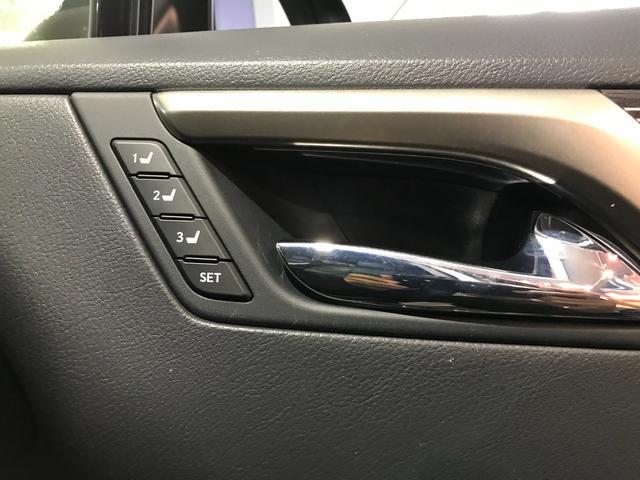 運転席助手席共にメモリー機能付きパワーシートでシートポジションもワンタッチで操作できます
